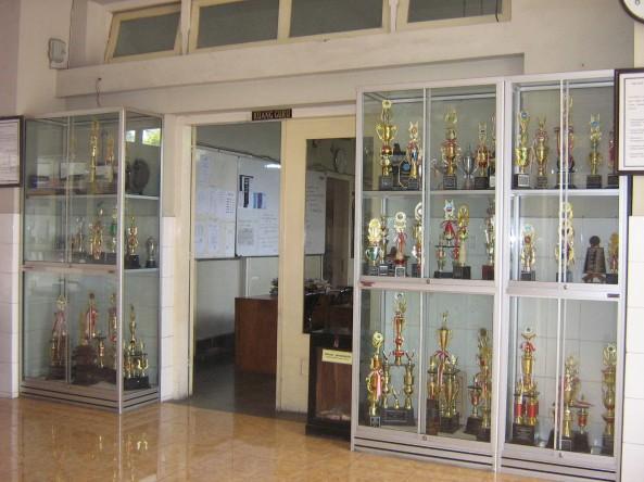 Piala  Prestasi SMA Batik 1
