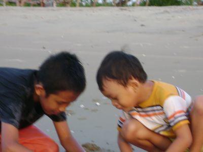 bermain pasir pantai