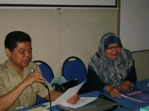 Dra.Siti S Fadilah, M.Pd, cd.DR, sedang menyampaikan materi Pengembangan Diri